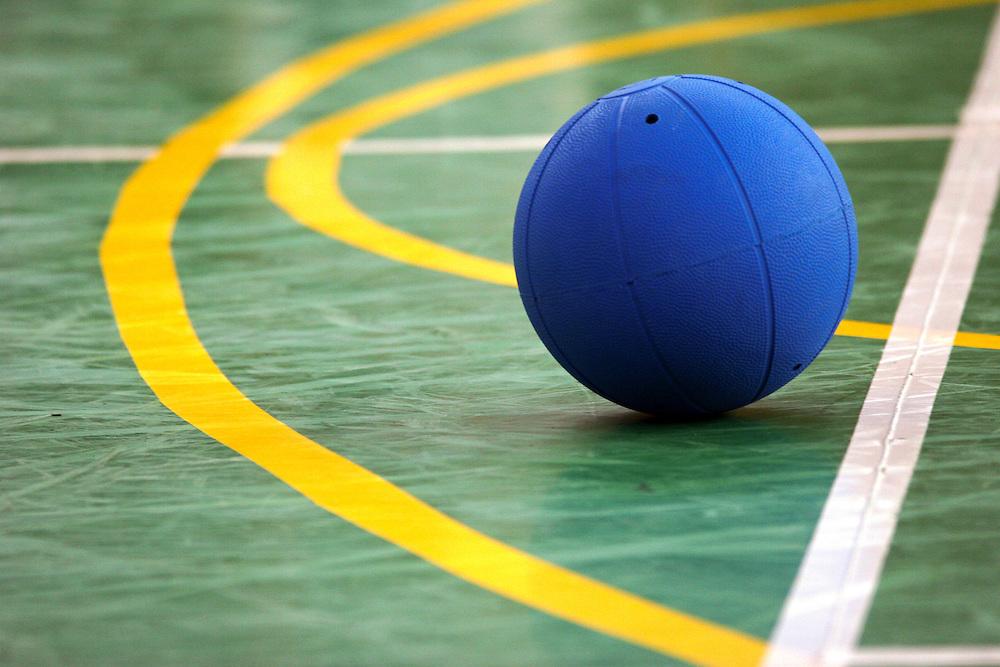 Goalball wird in der Halle gespielt. Der Goalball, der einem Basketball ähnelt, ist mit Glöckchen in seinem Inneren so präpariert, daß er akustisch wahrgenommen werden kann. In dem unmittelbar vor dem Tor liegenden Mannschaftsraum befinden sich am Boden tastbare Markierungen, die den Spielern zur Orientierung dienen. Goalball ist eine Mannschaftssportart für blinde und sehbehinderte Menschen und wurde vom Österreicher Hans Lorenzen und dem deutschen Sepp Reindle für Kriegsinvalide entwickelt und zum ersten Mal 1946 gespielt. Die Bilder entstanden auf zwei internationalen Goalball Turnieren in Budapest und Zagreb 2007.<br /> <br /> The ball of a Goalball game contains internal bells, which enable players to hear and locate it during play and the game is played on an indoor court or play area, with tactile markings to enable players to determine where they are on court. Goalball is a team sport designed for blind and visually impaired athletes. It was devised by an Austrian, Hanz Lorenzen, and a German, Sepp Reindle, in 1946 in an effort to help in the rehabilitation of visually impaired World War II veterans. The International Blind Sports Federatgion (IBSA - www.ibsa.es), responsible for fifteen sports for the blind and partially sighted in total, is the governing body for this sport. The images were made during two Goalball tournaments in Budapest and Zahreb 2007.