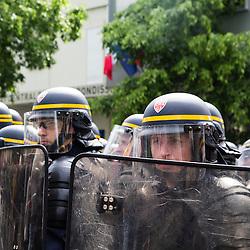 Policiers et gendarmes des Compagnies Républicaines de Sécurité (CRS), Compagnies d'Intervention (CI) et Escadrons de Gendarmerie Mobile (EGM) le 1er mai 2016 en maintien de l'ordre lors du trajet et de la dispersion  place d'Italie de la manifestation du 19 mai contre la Loi Travail.<br /> Mai 2016 / Paris (75) / FRANCE