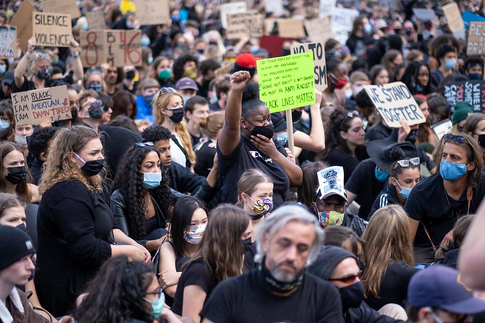 """Mehrere zehntausend Menschen protestieren auf dem Alexanderplatz in Berlin wegen dem Mordes durch einen Polizeibeamten an dem Afroamerikaner George Floyd in Minneapolis gegen rassistische Polizeigewalt und Rassismus. Zu der Kundgebung hatte die Bewegung """"Black Lives Matter"""", die auch Rassismus in Deutschland thematisiert aufgerufen. <br /> <br /> [© Christian Mang - Veroeffentlichung nur gg. Honorar (zzgl. MwSt.), Urhebervermerk und Beleg. Nur für redaktionelle Nutzung - Publication only with licence fee payment, copyright notice and voucher copy. For editorial use only - No model release. No property release. Kontakt: mail@christianmang.com.]"""