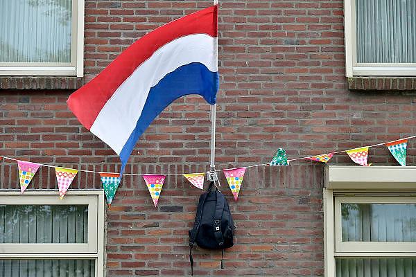 Nederland, Nijmegen, 26-6-2014 Vlag met boekentas is uitgehangen om te vieren dat het eindexamen is gehaald. Deze week hebben scholieren van het voortgezet onderwijs de uitslag van hun eindexamen gekregen. Bij veel geslaagden gaat traditioneel de vlag uit, met de schooltas aan het einde van de stok. Foto: Flip Franssen/Hollandse Hoogte