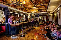 République d'Irlande, Dublin, Grafton Street, le pub Davy Byrne's // Republic of Ireland; Dublin, Grafton Street, Davy Byrne's pub