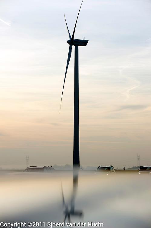 Winturbine langs autoweg N11 bij Alphen aan den Rijn, Zuid-Holland  Windturbine along a motorway in the Netherlands