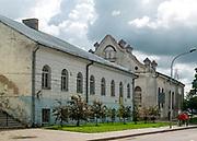 Dawna szkoła talmudyczna (jesziwa) na drugim planie Białea Synagoga.