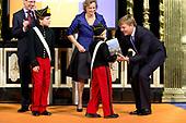 Koning ontvangt biografieën Nederlandse koningen