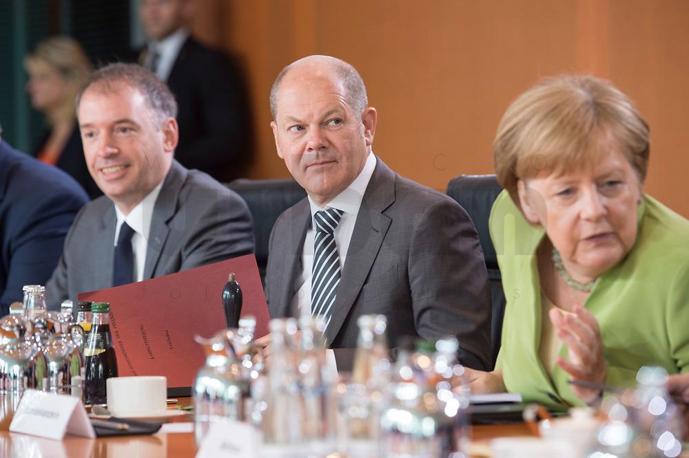 20 JUN 2018, BERLIN/GERMANY:<br /> Niels Annen, SPD, Staatsminister beim Bundesminister des Auswaertigen, Olaf Scholz, SPD, Bundesfinanzminister, Angela Merkel, CDU, Bundeskanzlerin, (v.L.n.R.), vor Beginn der Kabinettsitzung, Bundeskanzleramt<br /> IMAGE: 20180620-01-040<br /> KEYWORDS: Kabinett, Sitzung