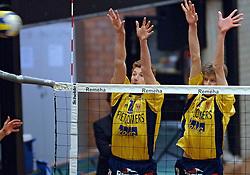 06-04-2005 VOLLEYBAL: PIET ZOOMERS D-OMNIWORLD: APELDOORN<br /> <br /> De finale van de strijd om de landstitel gaat tussen ORTEC.Nesselande en Piet Zoomers/D. De ploeg uit Apeldoorn won woensdagavond de vierde wedstrijd van de halve finale met 3-0 (25-21, 26-24, 26-24) en heeft deze best-of-five nu gewonnen - Bas van de Goor en Sander Olsthoorn<br /> <br /> ©2005-WWW.FOTOHOOGENDOORN.NL bas van de goor