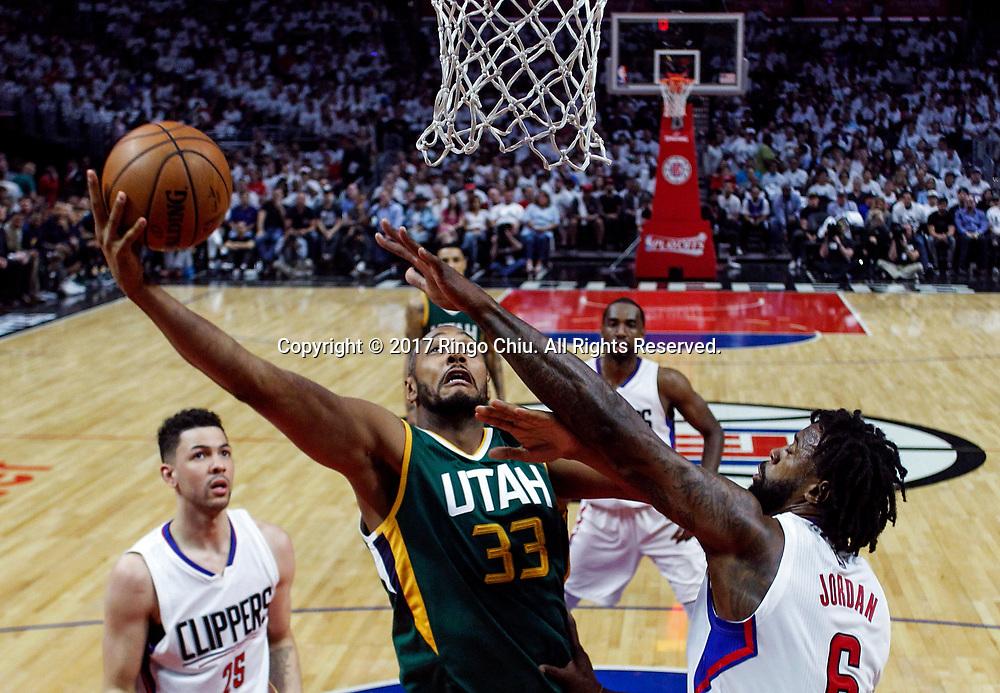 新华社照片,洛杉矶(美国),2017年4月30日<br /> (体育)()篮球——NBA:洛杉矶快船队对阵犹他爵士队<br /> 4月30日。当日, 犹他爵士队球员伯瑞斯-迪奥(左)在比赛中篮。当日,在2016-2017赛季NBA季后赛首轮第七场比赛中,洛杉矶快船队主场以91比104不敌犹他爵士队,并以总场数3比4无缘晋级第二轮决赛。新华社发 (赵汉荣摄)<br /> (Photo by Ringo Chiu/PHOTOFORMULA.com)<br /> <br /> Usage Notes: This content is intended for editorial use only. For other uses, additional clearances may be required.