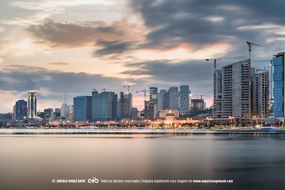 A baixa de Luanda vista a partir da baía, de madrugada ao nascer do sol e em destaque o Banco Nacional de Angola (BNA). Angola