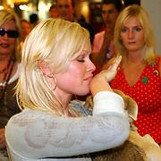 NLD/Amsterdam/20050702 - Bridget Maasland terug uit Bukarest met zwerfhonden die afgemaakt zouden worden, huilend