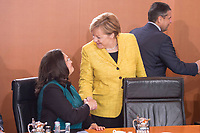27 SEP 2017, BERLIN/GERMANY:<br /> Andrea Nahles (L), SPD, Bundesarbeitsministerin und designierte SPD Fraktionsvorsitzende, und Angela Merkel (R), CDU, Bundeskanzlerin, vor Beginn der Kabinettsitzung, Bundeskanzleramt<br /> IMAGE: 20170927-01-018<br /> KEYWORDS: Kabinett, Sitzung, Handshake