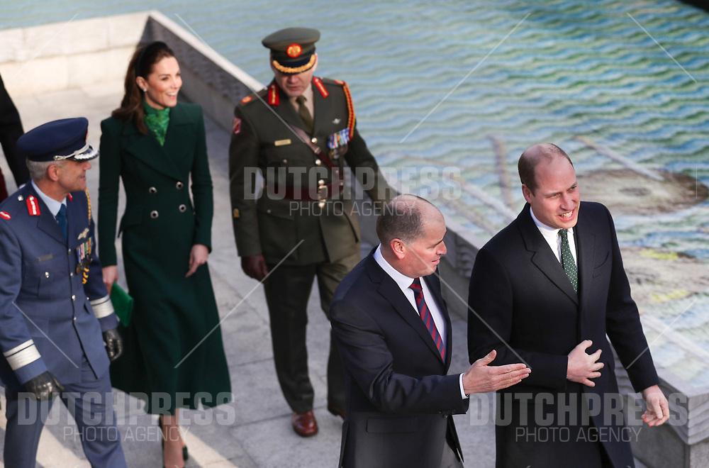 DUBLIN - Prins William en Catherine, Hertog en Hertogin van Cambridge bij de Garden of Remembrance in Dublin.