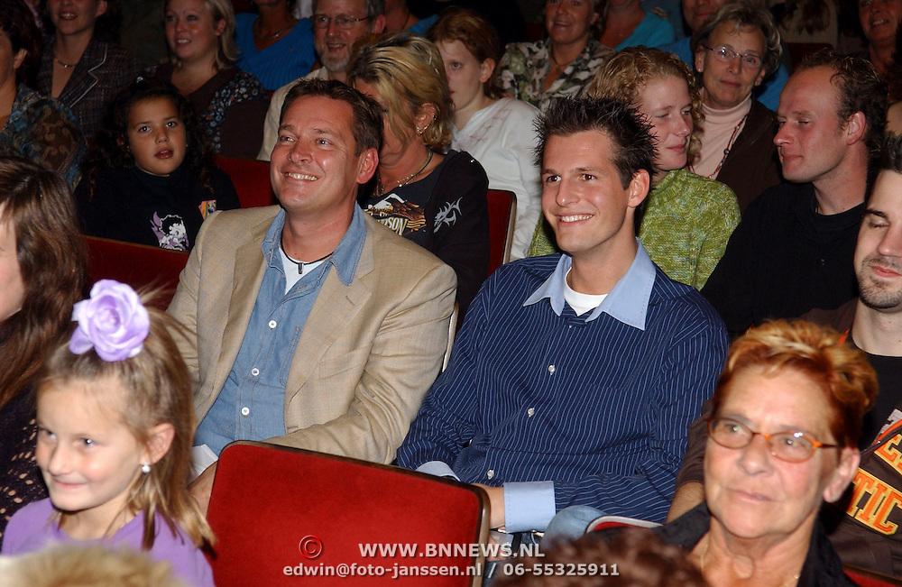 NLD/Amsterdam/20051018 - CD presentatie msucial Annie door Paul de Leeuw verkleed als Annie de Rooij, Albert Verlinde en