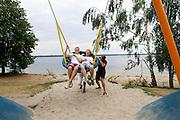In Senftenberg ontspant het Human Power Team Delft en Amsterdam. Ze zijn in Duistland voor een poging het uurrecord te verbreken op de Dekrabaan. <br /> <br /> Members of the Human Power Team Delft and Amsterdam are relaxing in Senftenberg. The team is in Germany for an attempt to set a new world hour record.