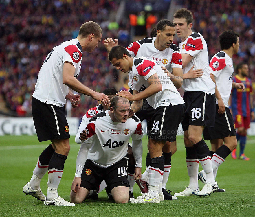 28-05-2011 VOETBAL: CHAMPIONS LEAGUE FINAL FC BARCELONA - MANCHESTER UNITED: LONDON<br /> Wayne Rooney of Manchester Utd makes 1-1 and celebrates with his Teammates <br /> ***NETHERLANDS ONLY***<br /> ©2011- FotoHoogendoorn.nl/nph/M. Pozzetti