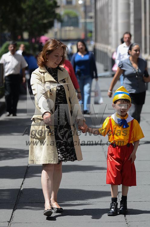 Toluca, México (Abril 30, 2016).- Celebrando el día del niño, una madre camina junto a su hijo disfrazado de pinocho por la plaza de los Mártires de la capital Mexiquense. Agencia MVT / Arturo Hernández.