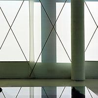 Nederland. Amsterdam. 9 april 2003..Interieur met schermen voor het raam op Mauritskade 68. Wonen.