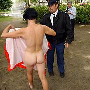 NLD/Laren/20050521 - Opening Atelierroute 2005 Laren, Sjoerd Pleijsier schildert een naakte dame, word kwaad en politie komt tussenbeide.vrouw, schilderij, agent