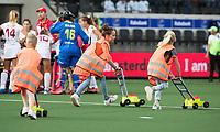 AMSTELVEEN -  kinderen met speelgoed grasmaaiers    tijdens Nederland - Spanje (dames) bij de Rabo EuroHockey Championships 2017.  COPYRIGHT KOEN SUYK