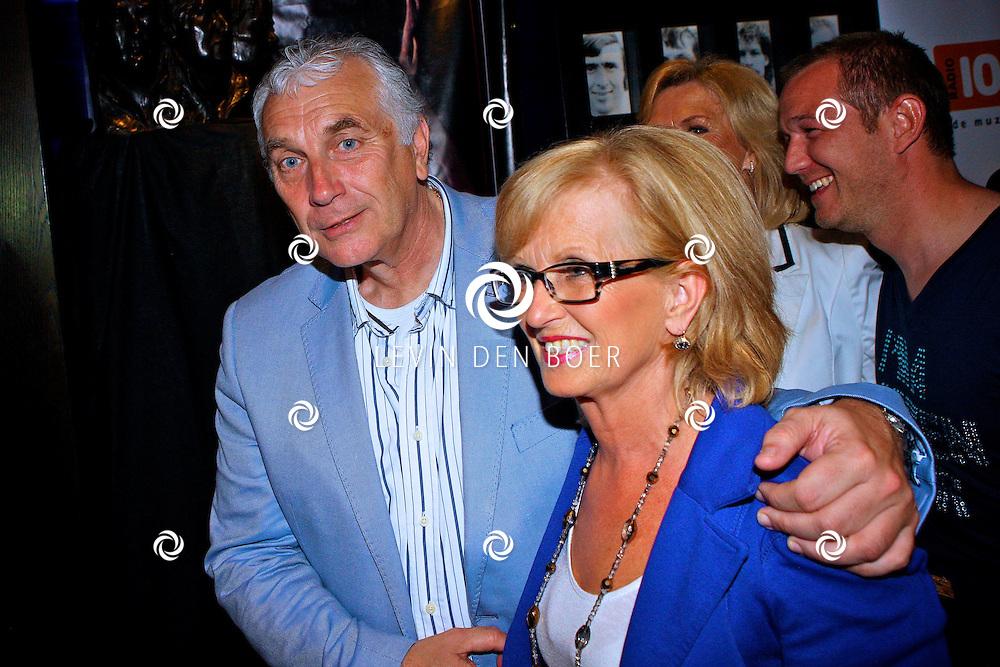 AMSTERDAM - Na het grote Toppers concert mochten de VIPS over de rode loper naar het VIP feest.  Met op de foto Mario en Els van den Ende. FOTO LEVIN DEN BOER - PERSFOTO.NU