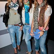 NLD/Amsterdam/20100131 - AIFW 2010, inloop modeshow Replay, zwangere Nikkie Plessen, Dani Bles en zus Chantal Bles
