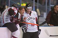 Ishockey<br /> 18. April 2015<br /> Landskamp<br /> Bergenshallen<br /> Norge - Latvia 2 - 1<br /> Latvias trener Aleksandrs Belavskis (M) i samtale med egne spillere<br /> Foto: Astrid M. Nordhaug