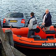 NLD/Huizen/20050512 - Auto te water haven van Huizen Havenstraat, boot reddingsbrigade