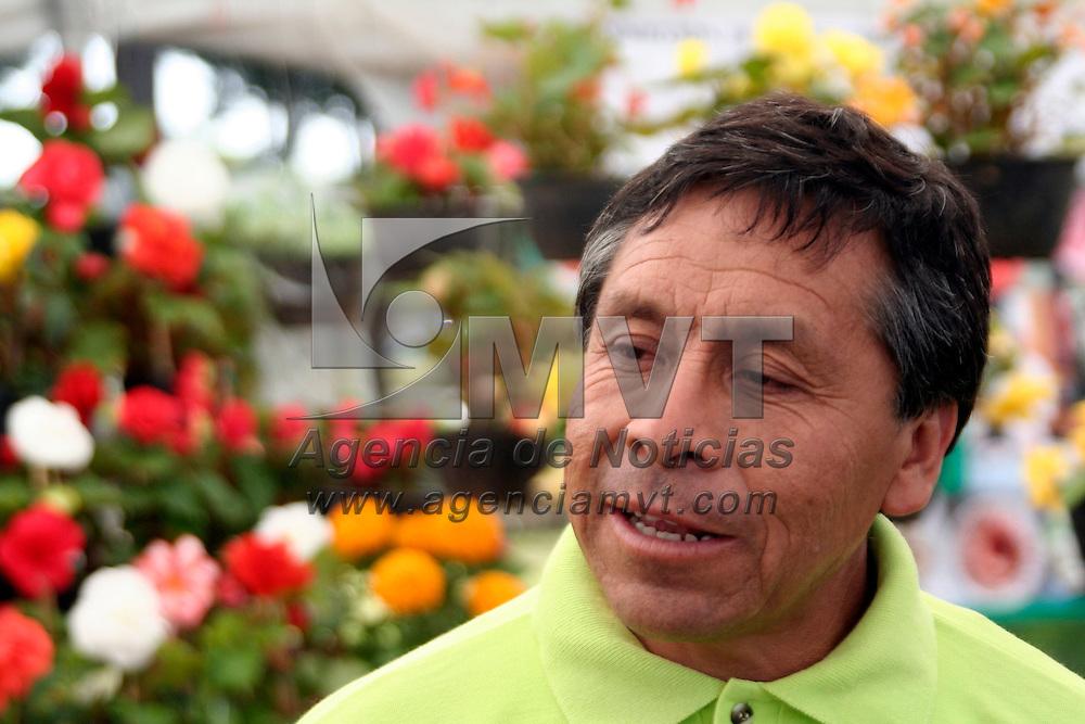 San Antonio la Isla, Mex.- Mauro Chavez Muñoz, floricultor de Xochimilco, explica que han encontrado en las flores Begonias, una utilidad comestible para dar un toque saludable a las ensaladas, postres, aderezos, postres entre otros. Agencia MVT / Luis Enrique Hernandez V. (DIGITAL)<br /> <br /> <br /> <br /> NO ARCHIVAR - NO ARCHIVE