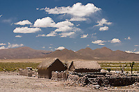 CASAS DE ADOBE EN LA PUNA CAMINO A CASABINDO, PROV. DE JUJUY, ARGENTINA