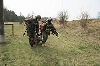 """03 APR 2012, LEHNIN/GERMANY:<br /> Soldaten bergen eine """"verletzten"""" Kameraden, Kampfschwimmer der Bundeswehr trainieren """"an Land"""" infanteristische Kampf, hier Haeuserkampf- und Geiselbefreiungsszenarien auf einem Truppenuebungsplatz<br /> IMAGE: 20120403-01-149<br /> KEYWORDS: Marine, Bundesmarine, Soldat, Soldaten, Armee, Streitkraefte, Spezialkraefte, Spezialkräfte, Kommandoeinsatz, Übung, Uebung, Training, Spezialisierten Einsatzkraeften Marine, Waffentaucher"""