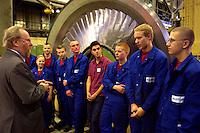 30 NOV 2004, BERLIN/GERMANY:<br /> Wolfgang Thierse (L), SPD, Bundestagspraesident, im Gespraech mit Auszubildenden der Firma Alstom Power Service GmbH, ABB Training Center<br /> IMAGE: 2004130-01-010<br /> KEYWORDS: Azubi, Lehrling, Gespräch