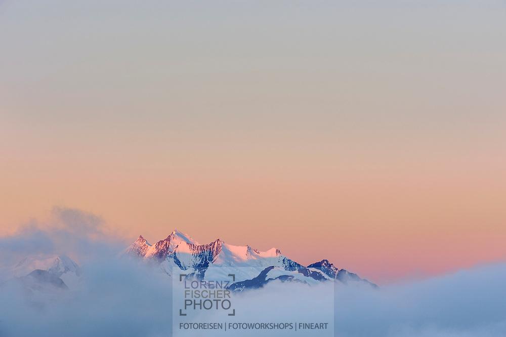 Ausblicke vom Breithorn im Binntal am Morgen auf die Mischabelgruppe im Nebel mit Alphubel, Täschhorn und Dom.