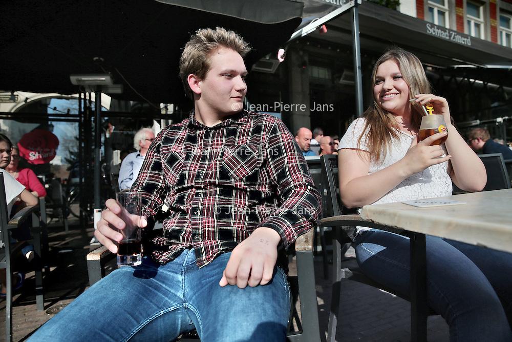 Nederland, Sittard , 10 april 2015.<br /> Thema spread over jongeren en uitgaan.<br /> Twee Sittardse scholieren (Burton en Chaya) op de Markt in Sittard.<br /> Foto:Jean-Pierre Jans