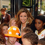 NLD/Amstelveen/20060518 - Bus van  het nieuwe SBS6 programma Hart voor Oranje, Rebecca Loos met kinderen