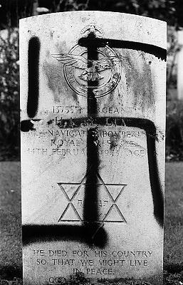 Nederland, Nijmegen, 11-8-1993Vandalen hebben een hakenkruis gespoten op een graf van een joodse soldaat uit de 2e wereldoorlog op het Britse oorlogskerkhof JonkerboschVandals mark gravestones in the nijmegen commonwealth war Cemetery with Swastikas and other anti Jewish graffiti. FOTO: FLIP FRANSSEN/ HOLLANDSE HOOGTE