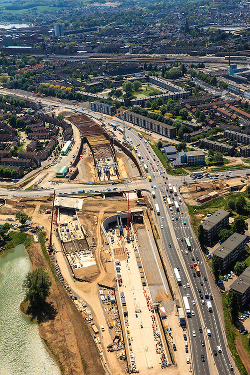 Nederland, Limburg, Maastricht, 27-05-2013; bouwwerkzaamheden voor de A2 traverse, De Groene Loper. <br /> Kruispunt Geusselt met  tunnelbouwkuip, foto richting centrum.<br /> De snelweg A2 gaat ondergronds, er wordt een gestapelde tunnel gebouwd (2 wegen boven elkaar). Het plan moet voor een betere bereikbaarheid en leefbaarheid van Maastricht zorgen en ook voor een betere doorstroming op de A2.<br /> Construction works for motorway A2 crossing Maastricht, the so-called Green Carpet.<br /> The A2 motorway goes underground, a stacked tunnel is  built with two roads above each other). The plan should provide better accessibility and traffic flow.<br /> luchtfoto (toeslag op standard tarieven);<br /> aerial photo (additional fee required);<br /> copyright foto/photo Siebe Swart.