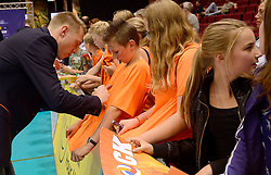 20150620 NED: World League Nederland - Portugal, Groningen<br /> De Nederlandse volleyballers hebben in de World League het vierde duel met Portugal verloren. Na twee uitzeges en de 3-0 winst van vrijdag boog de ploeg van bondscoach Gido Vermeulen zaterdag in Groningen met 3-2 voor de Portugezen: (25-15, 21-25, 23-25, 25-21, 11-15) / Daan van Haarlem deelt handtekeningen uit met supporters