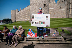 """© Licensed to London News Pictures. 20/04/2016. Windsor, UK. John Loughrey, 61, with a birthday card sings """"Happy Birthday"""", and is one of the keen royal fans who will camp out overnight in order to be in prime position in order to see The Queen as she takes part in a walkabout outside Windsor Castle tomorrow her 90th birthday tomorrow.  Photo credit : Stephen Chung/LNP"""