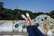 Spanje, Barcelona, 27-5-2007..Een vrouw ligt te rusten op de banken van het park Guell, naar een ontwerp van Antonio Gaudi. ..Foto: Flip Franssen