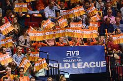 20150620 NED: World League Nederland - Portugal, Groningen<br /> De Nederlandse volleyballers hebben in de World League het vierde duel met Portugal verloren. Na twee uitzeges en de 3-0 winst van vrijdag boog de ploeg van bondscoach Gido Vermeulen zaterdag in Groningen met 3-2 voor de Portugezen: (25-15, 21-25, 23-25, 25-21, 11-15) / Support, publiek, Block