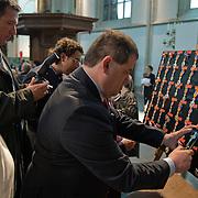Amsterdam, 25-04-2014. Vandaag vindt de jaarlijkse lintjesregen plaats. In de Nieuwe Kerk te Amsterdam kregen vandaag de nieuwe ridders en officieren van Amsterdam hun lintje opgespeld door burgemeester Van der Laan. Er krijgen 19 dames en 35 heren een onderscheiding. 12 dames en 20 heren worden Lid in de Orde van Oranje Nassau. 5 ddames en 10 heren worden Ridder in de Orde van Oranje Nassau. 1 dame en 4 heren worden Officier van Oranje Nassau en 1 dame en 1 heer worden Ridder in de Orde van de Nederlandse Leeuw.