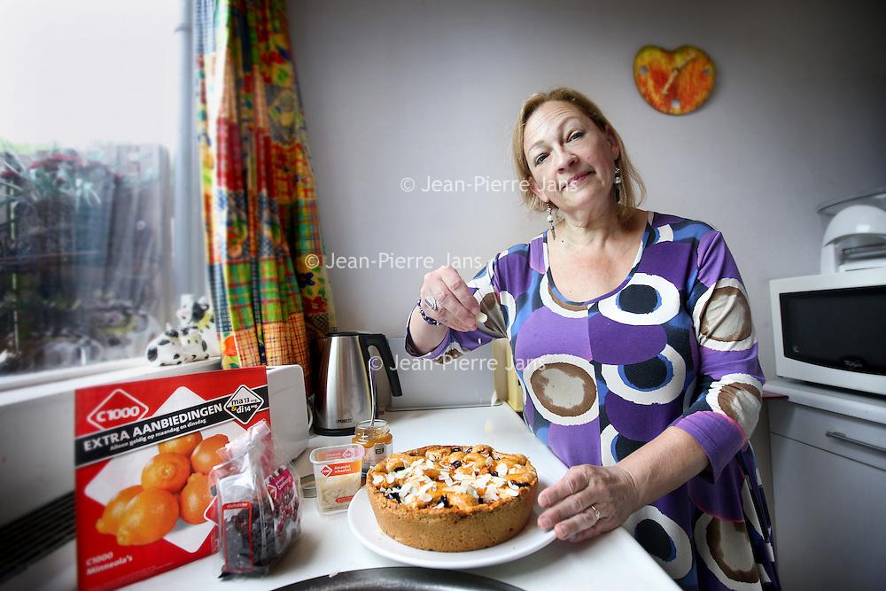 Nederland, Eindhoven , 13 augustus 2012..Prijsbewuste klant C1000, mevr. Betty Leijten uit Eindhoven..Foto:Jean-Pierre Jans