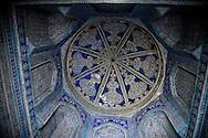 PAHLAWAN MAHMUD  , prayer in front of the tombmausoleum  in the old city  KHIVA  Ouzbekistan  .///.PALAWAN MAHMUD mausolee, priere devant la tomb  dans la vielle ville  KHIVA  Ouzbekistan .///.OUZB56324