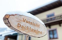 """THEMENBILD - ein Holzschild mit der Aufschrift """"Vorsicht Dachlawine"""", aufgenommen am 12. November 2016, Krimml, Österreich // A wooden sign with the german letters """"Caution roof avalanche"""", Krimml, Austria on 2016/11/12. EXPA Pictures © 2016, PhotoCredit: EXPA/ JFK"""