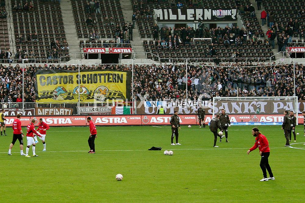 Atomkraftgegner aus dem Wendland weisen<br /> beim Heimspiel des FC St. Pauli am Millerntor gegen Eintracht Frankfurt am 30. Oktober 2010 mit großen Transparenten auf den bevorstehenden Castortransport hin. <br /> <br /> Ort: Hamburg<br /> Copyright: Karin Behr<br /> Quelle: PubliXviewinG