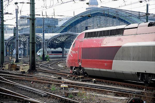 Duitsland, Keulen, 9-8-2009Een ice trein staat in het station van Keulen. Een Thalys komt het station ingereden.Foto: Flip Franssen/Hollandse Hoogte