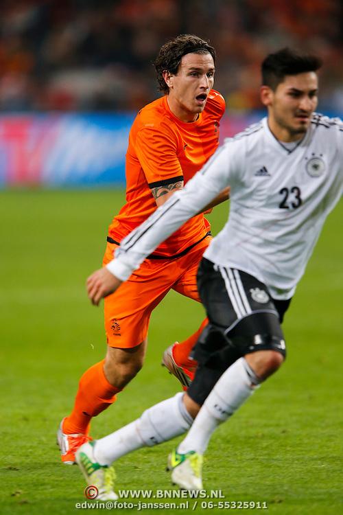 NLD/Amsterdam/20121114 - Vriendschappelijk duel Nederland - Duitsland, Daryl Janmaat in duel met ilkay Gundogan