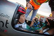 Andrea Gallo arriveert na de eerste avondrun. In Battle Mountain (Nevada) wordt ieder jaar de World Human Powered Speed Challenge gehouden. Tijdens deze wedstrijd wordt geprobeerd zo hard mogelijk te fietsen op pure menskracht. Het huidige record staat sinds 2015 op naam van de Canadees Todd Reichert die 139,45 km/h reed. De deelnemers bestaan zowel uit teams van universiteiten als uit hobbyisten. Met de gestroomlijnde fietsen willen ze laten zien wat mogelijk is met menskracht. De speciale ligfietsen kunnen gezien worden als de Formule 1 van het fietsen. De kennis die wordt opgedaan wordt ook gebruikt om duurzaam vervoer verder te ontwikkelen.<br /> <br /> In Battle Mountain (Nevada) each year the World Human Powered Speed Challenge is held. During this race they try to ride on pure manpower as hard as possible. Since 2015 the Canadian Todd Reichert is record holder with a speed of 136,45 km/h. The participants consist of both teams from universities and from hobbyists. With the sleek bikes they want to show what is possible with human power. The special recumbent bicycles can be seen as the Formula 1 of the bicycle. The knowledge gained is also used to develop sustainable transport.