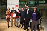 02 DEC 2013, BERLIN/GERMANY:<br /> Manuela Schwesig (L), SPD, Stellv. Parteivorsitzende und Ministerin fuer Arbeit, Gleichstellung und Soziales in Mecklenburg-Vorpommern, Martin Dulig (2.v.R.), SPD Landesvorsitzender Sachsen, mit Mitgliedern des Vereins Alternatives Kultur- und Bildungszentrum, AKuBiZ, Preisträgern des Regine-Hildebrandt-Preises 2013, Willy-Brandt-Haus<br /> IMAGE: 20131202-01-048<br /> KEYWORDS:  Verleihung