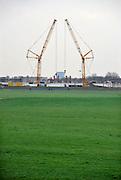 Nederland, Nijmegen, 13-4-2012Hijskranen in symetrie bij de bouw van de nieuwe stadsbrug, Waalbrug, de Oversteek.Foto: Flip Franssen/Hollandse Hoogte