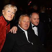 Uitreiking populariteitsprijs 2004, Koos Alberts en vrouw, Henk geels